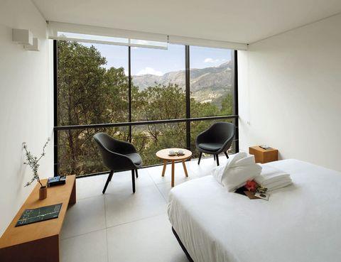 """<p>Daniel Mayo ha dado una vuelta de tuerca al sector y presenta VIVOOD, el primer hotel paisaje, solo para adultos, donde prevalece el ocio activo y las corrientes que animan al slow food y el mindfulness; una apuesta para vivir en armonía con uno mismo y con el entorno. El arquitecto ha diseñado 25 suites (desde 140 euros) independientes con inmensos ventanales asomados al valle de Guadalest y ducha panorámica.&nbsp;</p><p> ¡Desconecta! Te esperan noches sentado en una terraza donde reina el silencio, clases de yoga al amanecer, recetas trabajadas con productos del huerto ecológico propio y una piscina infinity, que cualquier instagramer adorará. Hay un plus, el hotel solo lleva dos meses abierto.<br /><a href=""""http://www.vivood.com"""" target=""""_blank"""">VIVOOD.</a> Ctra. Guadalest-Alcoy,&nbsp; Km. 10. Beniman-tell (Alicante).&nbsp;Tel.&nbsp;96 631 85 85.&nbsp;</p>"""