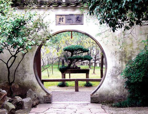 """<p>La abundancia de agua en la región china de Jiangsu –cerca de Shanghai– hizo posible la creación de los<a href=""""http://www.ylj.suzhou.gov.cn/"""" target=""""_blank"""">Jardines</a><a href=""""http://www.ylj.suzhou.gov.cn/"""" target=""""_blank"""">de Suzhou,</a> una especie de parques en miniatura que son Patrimonio de la Humanidad. Su diseño, muy alejado de los gustos occidentales, combina rocas, agua, pabellones y plantas para recrear un juego de la naturaleza en tamaño mini.</p>"""