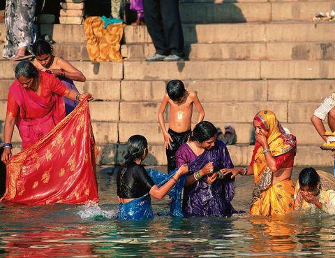 """<p>Es uno de los cauces más contaminados del planeta pero, para los hindúes, bañarse en el Ganges y beber sus aguas tiene un efecto purificador. En su caudal es fácil encontrar abundantes residuos industriales –de las fábricas de piel y químicas situadas en su orilla– e incluso restos de cremaciones y cadáveres de animales flotando. Aún así, unas 2.000 personas se bañan a diario en sus aguas y, para muchas familias, guardar en casa una urna con agua del río es un símbolo de prestigio. Si te gusta la fotografía, acércate a Benarés, una de las ciudades sagradas del hinduísmo.</p><p>Al amanecer, la imagen de decenas de fieles bajando las escalinatas con sus coloridos ropajes para bañarse, lavarse los dientes, cocinar o lavar la ropa, es todo un espectáculo. En&nbsp;<a href=""""http://www.varanasi.nic.in/"""" target=""""_blank"""">www.varanasi.nic.in</a>. &nbsp; &nbsp; &nbsp;</p>"""