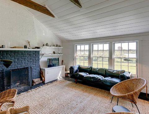 """<p> El salón interior de su casa de Los Hamptons es ultra <i>cozy.</i> ¿Las claves? La chimenea de ladrillo visto y los muebles y accesorios de fibra. <br />Si quieres ver la casa completa, <a href=""""http://www.elle.es/elledeco/casas/casa-julianne-moore"""" title=""""Casa de Julianne Moore en Los Hamptons"""" target=""""_blank"""">pincha aquí.</a></p>"""