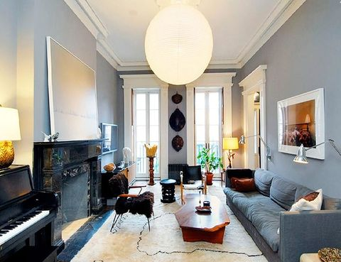 """<p> En su casa del West Village de Nueva York, diseñada por el estudio Made LLC, el salón combina las líneas rectas con algunos detalles más clásicos y piezas únicas. <br />Si quieres ver la casa completa, <a href=""""http://www.elle.es/elledeco/casas/las-mejores-casas-de-las-celebrities/casa-de-julianne-moore"""" title=""""Casa de Julianne Moore en NY"""" target=""""_blank"""">pincha aquí.</a></p>"""