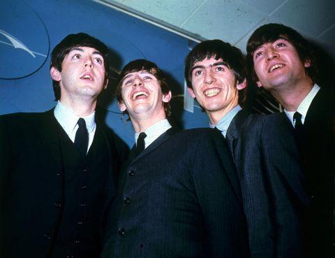 <p>Aunque los historiadores musicales no coinciden al señalar al primer videoclip de la historia (unos citan una grabación de Tony Bennett de 1956; otros, los números musicales de los filmes de Elvis y otros se remontan al 'Dickson Experimental Sound Film' de 1895), todos mencionan a The Beatles como los pioneros. Dejando aparte la enorme influencia de sus largometrajes musicales, en 1966-67, cuando dejaron de girar, rodaron cuatro 'proto-videoclips' ('Paperback Writer', 'Rain', 'Strawberry Fields Forever' y 'Penny Lane') para promoción televisiva de sus temas, cuatro minipelículas con cierta historia argumental. Aún se deja ver en los vídeos de hoy la influencia de las tomas, la colocación de la cámara y los planos.</p>