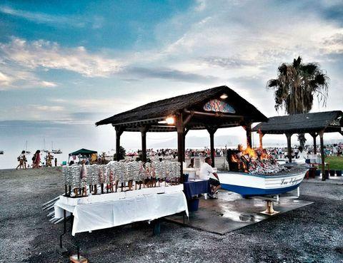 <p>En la playa de <strong>Pedregalejo</strong>. Al este de <strong>Málaga</strong> encontramos la playa de Pedregalejo. El espeto de sardinas es el más tradicional y el más demandado por turistas, si estás en Málaga no puedes irte sin probar el espeto.</p>