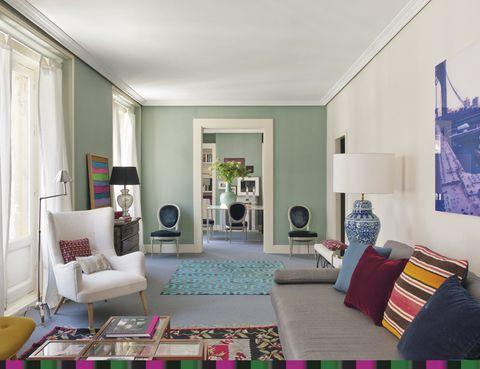 <p>Entre el salón y el comedor. El camino lo marca una alfombra turquesa, de Anmoder.</p>