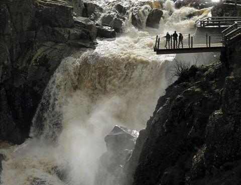 """<p><strong>Masueco de la Ribera (Salamanca). <a href=""""http://www.salamancaturistica.com"""" target=""""_blank"""">www.salamancaturistica.com</a>.</strong></p><p>Las cataratas de Niágara solo superan en 2 metros (alcanzan los 52) a los que forma el río Uces, afluente del Duero, en plenos Arribes, un territorio repartido entre Masueco de la Ribera y Pereña. La nube de vapor que rodea este paisaje emocionó de tal forma al mismísimo Miguel de Unamuno que el enclave cambió su nombre de Pozo de los Humos por el de Senda de Unamuno.</p>"""