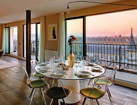 """<p>La Torre Eiffel, el estilazo de los Campos Elíseos y la bohemia de Montmartre atrapan a cualquier viajero del mundo. Pero este apartamento, muy bien situado entre los distritos 2º y 3º de París, tiene algo único que ofrecer: una puesta de sol desde el sofá del salón. No podrás resistirte a esta visión, ni tampoco a sus estupendas prestaciones, desde 351 euros.</p><p><a href=""""http://www.only-apartments.es"""" target=""""_blank"""">Saint Martin's G103013.</a> Rue Saint-Martin, s/n. París (Francia).&nbsp;</p>"""
