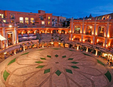 <p>Un hotel para salir a hombros: el mexicano Quinta Real, en Zacatecas, está construido ni más ni menos que en una plaza de toros del siglo XIX. Hoy en día, el ruedo es un patio al que dan sus 49 suites de lujo. </p>