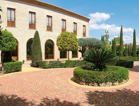 <p>El municipio de Bétera, próximo a Valencia, cuenta con este alojamiento rodeado de 2.000 m2 de jardines. Pasa la noche a partir de 63 euros, con sauna y gimnasio, y te prestarán un vehículo eléctrico (2 horas). Tél. 961 69 83 93.</p>