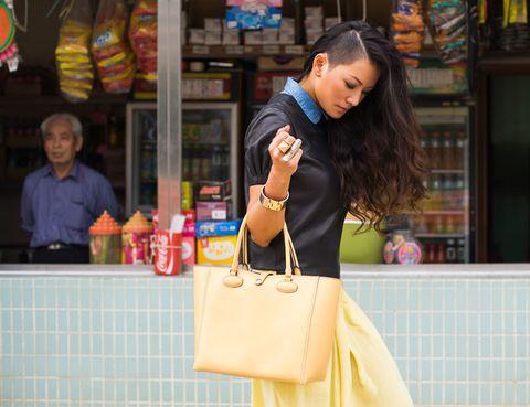 """<p>El segundo día la firma recordaba que el 'tote bag' estaba disponible en varias tonalidades. Ahora le tocaba el turno a Tina Leung, a Hong Kong...¡y al amarillo! Disfruta de toda la sesión de fotos en <a href=""""http://www.tinaloves.com/2013/01/tina-loves-loewe/"""" target=""""_blank"""">Tina Loves</a>.</p>"""