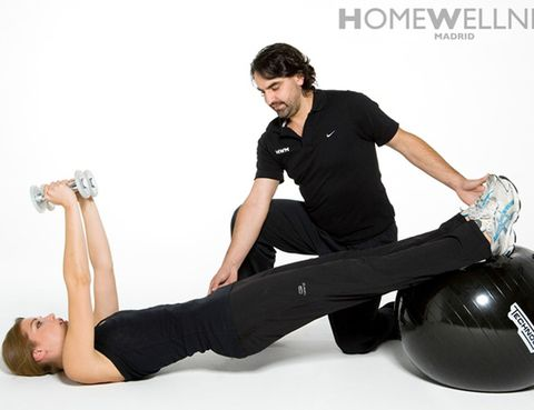 """<p><strong>El director de <a href=""""http://www.homewellnessmadrid.com"""" target=""""_blank"""">Homewellness</a></strong> nos da las pautas de su """"operación biquini"""" pensada para tres meses. <strong>2-3 primeras semanas.</strong> De 3 a 5 días, de 30 a 50 min de cardio (bici, correr, nadar) alternando con circuitos de entrenamiento de fuerza de todo el cuerpo (10-12 ejercicios y 15-25 repeticiones). """"Esto nos servirá de puesta a punto para entrenar más intenso sin lesionarnos y obtener mejores resultados"""", dice. <strong>Después.</strong> Ángel recomienda circuitos de alta intensidad, llamados HIT, que incluyen ejercicios de gran implicación muscular (burles, sentadillas en salto, remo aeróbico…), seleccionando de 6 a 8 y realizando el mayor número de repeticiones en 20 min. Debido a la intensidad recomienda 3 sesiones semanales alternando con tonificación específica y cardio. <strong>Tu dieta.</strong> Merchán recomienda 5 comidas, limitar al máximo los hidratos de alto IC, comenzar con un buen desayuno que active nuestro metabolismo y cenar ligero. <strong>Dos consejos.</strong> """"Toma alimentos con proteínas en los primeros 30 minutos después del ejercicio y un té verde tras las comidas (ralentiza la absorción de la glucosa, fundamental en procesos de pérdida de grasa).</p><p>&nbsp;</p>"""