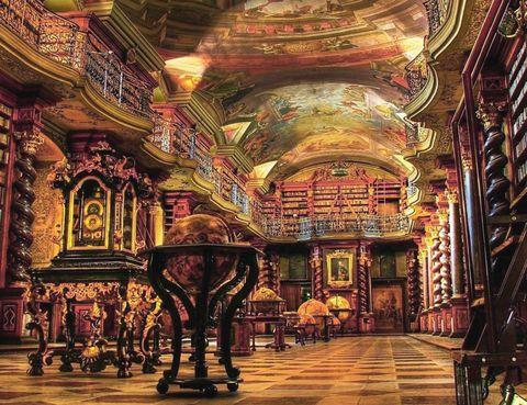 """<p><a href=""""http://www.klementinum.com"""" target=""""_blank"""">Clementinum,</a> el mayor complejo arquitectónico de la capital checa detrás del Castillo de Praga, fue sede del colegio jesuita y la Universidad. En la actualidad, alberga la Biblioteca Nacional y ofrece conciertos y visitas a la Capilla de los Espejos, la Torre Astronómica –con vistas de 360º sobre la ciudad– y la Biblioteca Barroca, un hermoso espacio con 20.000 libros anteriores al siglo XVI. Tour y concierto: 25 euros.&nbsp;</p><p>&nbsp;</p>"""
