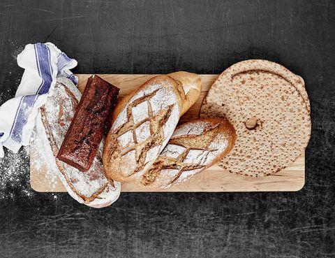 <p>Puedes optar por pan integral. Es mas nutritivo, tiene menos GI (lo que produce menos efectos negativos en la glicemia) y, por lo tanto, te dará más energía.</p>