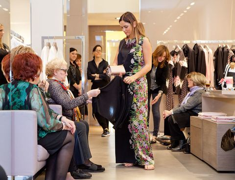 <p>Las asistentes <strong>pudieron ver y tocar las prendas</strong> de la colección de primavrea/verano de Marina Rinaldi.</p>
