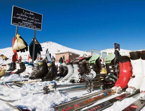 """<p>Si te gusta deslizarte por la nieve aquí tienes un destino diferente con más de 40 km esquiables, 18 pistas –3 de ellas, negras–, 6 telesquís… y un emplazamiento sorprendente. Estamos en Oukaïmeden, en <a href=""""http://www.visitmorocco.com"""" target=""""_blank"""">Marruecos,</a> una de las escasas estaciones de África, cuya oferta se reduce a Argelia, Tiffindell (Suráfrica) y AfriSki, en Lesotho. Las marroquíes, junto al Atlas, son las más altas –con 3.500 m– y plantan cara a los destinos clásicos del país, como las capitales imperiales –está a 70 km de Marrakech–. Además, se perfilan como el dominio con mejor infraestructura del continente, con alquiler de material y un servicio de remonte que a menudo se realiza con burro.</p>"""