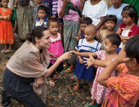 <p>Angelina Jolie fue designada como enviada especial del Alto Comisionado de Naciones Unidas para los Refugiados, después de diez años como Embajadora de Buena Voluntad. Durante este tiempo, ha visitado más de 40 campos de refugiados, dándoles una voz muy necesaria a los desplazados. En su papel como enviada especial, ahora representa al ACNUR en un nivel diplomático, contribuyendo a tomar decisiones sobre temas de desplazamientos globales. Su trabajo se focaliza en las grandes crisis que tienen como consecuencia desplazamientos masivos de población.</p><p></p>