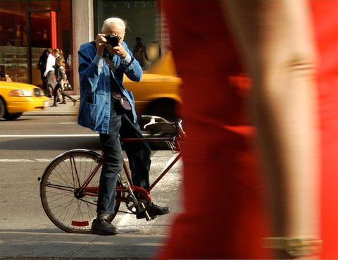 <p>Si te gusta la moda, no puedes perderte este documental de 2010, que gira en torno a la figura del fotógrafo Bill Cunningham, para muchos, inventor del concepto de 'street style', tan habitual en los medios desde hace ya tiempo. Bill, hoy octogenario, se lanzó durante años cámara en mano a las calles de Nueva York, para retratar el estilo de la gente de a pie. Sus instantáneas forman ya parte de la historia de la comunicación y de la moda. Te va a gustar.</p>
