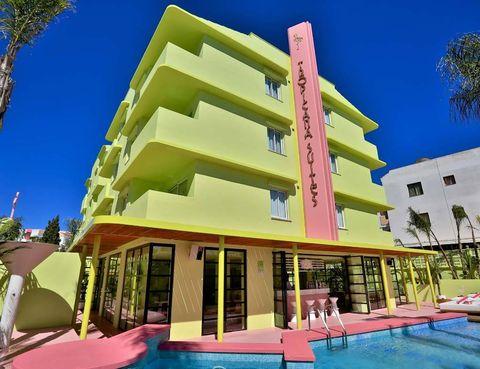 <p>En verde lima y verde anís y con un icónico flamenco rosa, transmite el concepto desenfadado y alegre que despliega, a todo color, en su interior.</p>