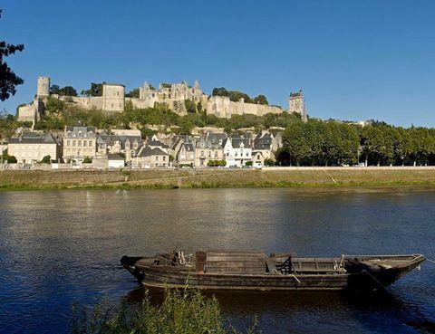 """<p>El Loira es la espina dorsal de la historia de Francia. Así lo atestiguan los más de más de 200 castillos que se erigen a la orilla de la suave curva que el río traza entre Orleans y Saumur, considerado como """"La Perla de Anjou"""". La naturaleza exuberante de sus valles y la exquisita cocina francesa te atraparán a lo largo de este viaje. Si eres fan de los clásicos de Disney, no puedes perderte el Castillo de Ussé, inspiración deCharles Perraultcuando escribió'La bella durmiente'.</p><p><strong>Distancia:</strong>295 km.</p><p><strong>Perfil de la ruta:</strong>Las etapas no son muy largas, entorno a 50 km diarios. El itinerario es principalmente por carril bici o carreteras pavimentadas con bajo volumen de tráfico.</p><p><strong>Más información:</strong><a href=""""http://www.rutasenbicicleta.net/viajar/ruta-en-bicicleta-castillos-del-loira/"""" target=""""_blank"""">Ruta Loira</a></p><p></p>"""