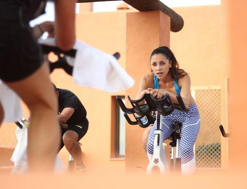 """<p>Es muy fácil ponernos excusas o dejar que la pereza se apodere de nosotros. <strong>¡Coge las riendas!... Llévate la bolsa de deporte al trabajo y vete directamente a entrenar</strong>, aprovecha la hora de la comida para hacer 20 minutitos de elíptica en el gimnasio más cercano, sube las escaleras de casa andando o comienza a hacer running con tu bebé con un jogging stroller... ¡<strong>Yo aprovecho los ratos libres en Gym Tony para entrenar!</strong> Recuerda: """"No pain, no gain"""".&nbsp;</p><p><i>Total Look Adidas</i></p><p>&nbsp;</p>"""