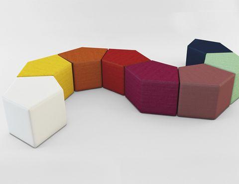 <p>Desde su estudio Dsignio, Patxi ha creado <i>Pent,</i> un sistema de mesas modulares formado por una pieza pentagonal que puede repetirse, creando innumerables composiciones. Un divertido puzzle que también puede emplearse como banco. www.dsignio.com</p><p></p>