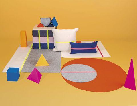 <p>Con esta colección de alfombras y cojines, la diseñadora del estudio Muakbabi trabaja con las formas geométricas de la naturaleza para revolucionarnos. ¿El objetivo final? Jugar con las piezas y con el diseño. www.muakbabi.com</p><p></p><p></p><p></p>