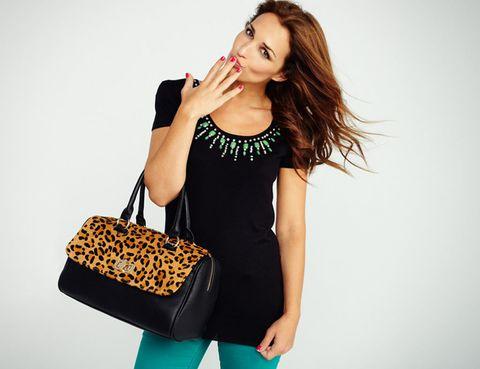<p>Una divertida imagen de Paula con camiseta de piedras verdes y bolso de animal print.</p>
