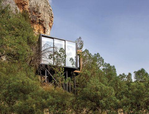 <p>Una pasarela lleva a una de las suites... una casa en los árboles sumergida en la vegetación mediterránea.</p>