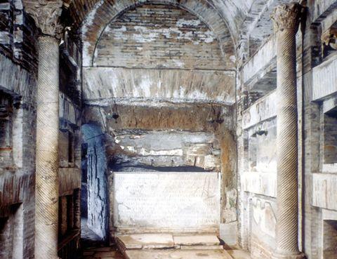 """<p>Te sentirás especial conociendo la tumba de San Pedro y la necrópolis de la basílica vaticana. La única forma de acceder a esta zona es solicitando una visita a través del email (<a href=""""mailto:scavi@fsp.va"""" target=""""_blank"""">scavi@fsp.va</a>) o en un número de fax (Tél.&nbsp&#x3B;00 39 06 69 87 30 17). </p><p>Pasearás bajo tierra junto a un grupo de 11 personas y un guía te descubrirá los secretos del área más inaccesible del Vaticano durante una hora y media. </p><p>Las condiciones de paso son estrictas y no se permite la entrada a los menores de 15 años ni a aquellas personas que sufran claustrofobia. Recuerda que estás en un templo y la vestimenta ha de ser adecuada (pantalones largos y hombros cubiertos). La entrada cuesta 12 euros.</p><p><strong>• Lugar: <a href=""""http://www.vatican.va"""" target=""""_blank"""">Ciudad del Vaticano.</a></strong></p><p><strong>• Fecha: Todo el año.</strong></p>"""
