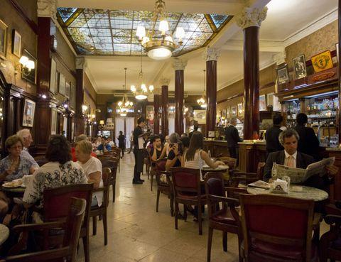 <p>Fundado en 1858, el Tortoni es el café más antiguo de la ciudad de Buenos Aires. En este espacio de aspecto clásico y techo de vidriera se dejaban ver artistas tan importantes de la talla de Borges, Cortázar o Carlos Gardel, que incluso tiene una mesa en su nombre. En su piso inferior podrás disfrutar además de espectáculos de tango y conciertos de jazz. ¿Una recomendación? No te vayas sin probar su chocolate con churros. </p>