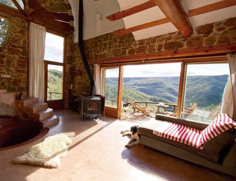 <p>El plus del loft El Barco (desde 110 euros), en Villahermosa del Río, &nbsp;resulta perfecto para parejas. Atesora enormes ventanales y una bañera integrada en el salón, que parece salida de un sueño. Puedes contratar clases de yoga (20 euros).&nbsp;Tél.&nbsp;600 60 39 97.</p>
