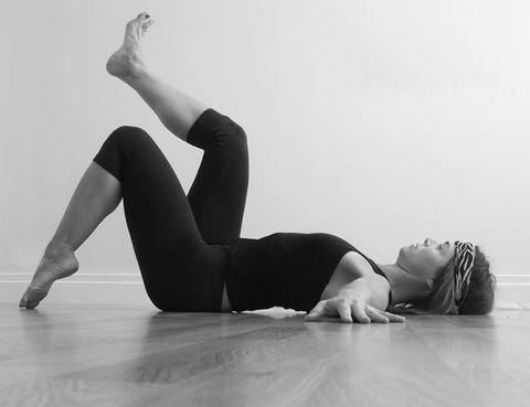 """<p><i>¿Por qué una revisión del tradicional Método Pilates?</i> """"Porque ha sido <strong>asociado por numerosos profesionales relacionados con la salud el aumento de presión</strong> intraabdominal (hiperpresión) y a la disminución de tono muscular abdomino- pélvica"""", explica Sonia Campra. """"Esquivar la hiperpresión abdomino-torácico-pélvica durante la práctica de ejercicio físico <strong>garantiza y multiplica los efectos y beneficios sobre la musculatura tanto abdominal como pélvica</strong>"""", dice. """"Esto es especialmente importante en métodos como Pilates, que promete resultados en la musculatura abdominal"""", añade. """"Tras años impartiendo el método y después de conocer el trabajo de Marcel Caufriez en torno a las presiones intraabdominales, <strong>me planteé como modificar las secuencias de ejercicios del método para garantizar los beneficios abdominales</strong> y evitar lesiones. Antes no existía la tecnología que existe hoy día, gracias a la cual se puede acceder a una información basada en menos supuestos y más evidencias. Caufriez, el creador del concepto hipopresivo, ha aportado información crucial para el entrenamiento abdominal. <strong>Revisé toda la secuencia y el resultado fue Pilates+Expansión, que ofrece una fórmula exquisita posturalmente</strong> hablando que esquiva el continuo aumento de presión que produce el tradicional Método Pilates"""", concluye.</p><p></p><p></p>"""