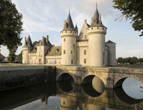 <p>Es uno de los principales atractivos del Valle del Loira, además de estar declarado como Patrimonio de la Humanidad por la Unesco desde el año 2000. Gracias a los trabajos de rehabilitación el castillo conserva todo su esplendor reflejado en su torreón, sus atalayas, sus parques, sus canales y en los fosos llenos de agua. Durante la Segunda Guerra Mundial fue bombardeado en dos ocasiones.</p>
