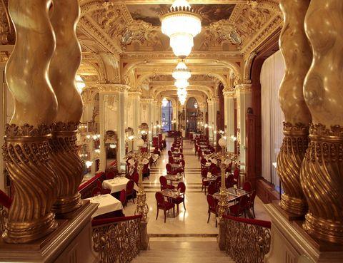 <p>Es para muchos la cafetería más bonita del mundo: el Cafe New York de Budapest es sin duda espectacular. Se inauguró a finales del siglo XIX y es todo un ejemplo de lujo y esplendor, casi más propios de un palacio que de un café. Tras haber contemplado diversas eras y regímenes políticos, hoy el New York luce en todo su esplendor formando parte del Hotel Boscolo. Un imprescindible si visitas la capital de Hungría.</p>