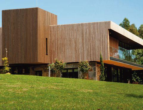 """<p>Es el eje sobre el que se sustentan Las Casas de Ea Astei, emplazadas en la Reserva de la Biosfera de Urdaibai.&nbsp;</p><p>Su gran apuesta es el proyecto Casa Vita, un alojamiento &nbsp;pionero, con arquitectura modular, que predica con un bajo consumo energético, materiales biodegradables y una revolucionaria entanqueidad en la construcción. Tiene 3 dormitorios, cocina totalmente equipada, salón con chimenea y biblioteca. Prueba sus ventajas por 500 euros, con botella de vino y wifi incluidos. Completa la experiencia con una ruta para avistar las aves que pueblan las marismas que unen el río Oka con el Cantábrico.</p><p>&nbsp;</p><p><a href=""""http://www.escapadarural.com"""" target=""""_blank"""">Ea Astei.</a> Barrio de Olagorta, s/n. Ea (Vizcaya).&nbsp;Tél.&nbsp;946 27 65 11.&nbsp;</p>"""