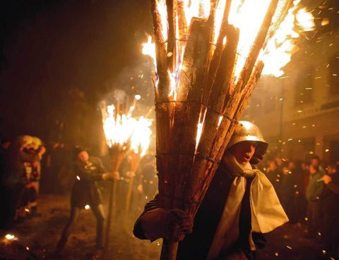 """<p>¿Quieres ver una tranquila ciudad suiza ardiendo? Apúntate a la fiesta de Chienbäse de Liestal (a 17 kilómetros de Basilea), el domingo después del miércoles de ceniza. Parece que el origen de la fiesta data del siglo XIX y que surgió como ritual pagano de primavera. Actualmente, &nbsp;empieza de noche, cuando alrededor de 300 personas cargan con antorchas de pino en forma de escoba (los Chienbäse) y, acompañados de unos veinte carros llenos de leña, caminan en procesión por el centro medieval de la ciudad. Cuando acaba el recorrido dejan las antorchas en distintas hogueras, que quemarán aparatosamente. Las llamas alcanzan una gran altura, a veces incluso llegan hasta los tejados de las casas, así que el espectáculo está garantizado. La Chienbäse es una cita importante de la ciudad que reúne a miles de espectadores, no sólo de <a href=""""http://www.myswitzerland.com.es"""" target=""""_blank"""">Suiza.</a> Además, Liestal es una ciudad que vale la pena conocer. Rodeada de bosques, cuenta con un bonito centro histórico con sus típicas casas y un ayuntamiento pintado con frescos renacentistas.</p><p>&nbsp;</p>"""