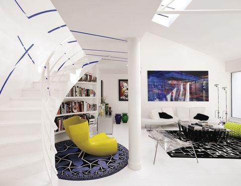 <p>Esta moderna vivienda está situada en un antiguo edificio del siglo XVIII. La fachada esconde un moderno espacio creado por el artista Miguel Chevalier y por su pareja, la italiana Renata Sapey, directora general de la Flagship Store de Kartell en París.</p>