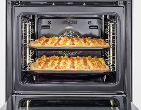 """<p>Cocinar al horno es un acierto seguro: carnes, pescados, verduras, postres... Todo puede prepararse de una forma sencilla, sanísima y rápida si tienes un buen horno en casa.</p><p>Porque no se trata sólo de preparar recetas deliciosas; el ritmo de vida de hoy nos obliga a economizar tiempo sin renunciar al placer de una cena de lujo. Los hornos <a href=""""http://pubads.g.doubleclick.net/gampad/clk?id=219577522&amp;iu=/36117602/hmies-elle/gourmet"""" target=""""_blank"""">Siemens de la gama iQ700</a> son una inversión segura en tiempo y bienestar, ya que incluyen todos los métodos de cocción en un solo horno, incluida la fución varioSpeed, que combina las microondas con los métodos de cocción convencional, por lo que te permite cocinar en mitad de tiempo.</p>"""