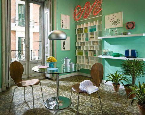 <p>No vaciles en crear ambientes totalmente temáticos. Este, por ejemplo, tiene un aire retro, y las sillas encajan en el espacio. Los colores naturales, como el de la madera, siempre funcionan cuando hay una variación de tonos.</p>