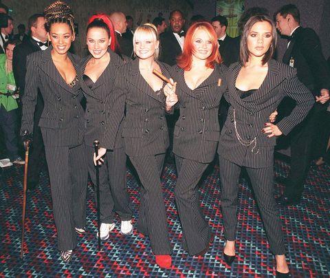 <p>La fama mundial le llegó junto al grupo musical Spice Girls, todo un fenómeno adolescente.Junto a Melanie Brown, Emma Bunton, Melanie Chisholm y Geri Halliwell, Victoria nos hizo cantar a más de una aquello de 'If you wanna be my lover'.</p>
