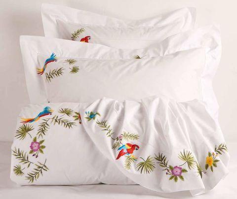 <p>Fundas blancas con motivos florales y de pájaros bordados. De <strong>Zara Home</strong> (15,99 € - 89,99 €). </p>