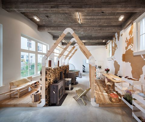 """<p>Con sus innumerables canales, que en 2013 cumplen 400 años, y sus festivales, la ciudad invita a vivir nuevas experiencias, como practicar el sleep art en el Hôtel Droog (en la imagen, <a href=""""http://hoteldroog.com"""" target=""""_blank"""">hoteldroog.com</a>). Se trata de una <i>concept store</i> donde se puede tomar café, comprar diseño y también dormir. Eso sí, date prisa, porque ¡sólo tiene una suite! (300 €, reservas en reservations@hoteldroog.com).</p>"""