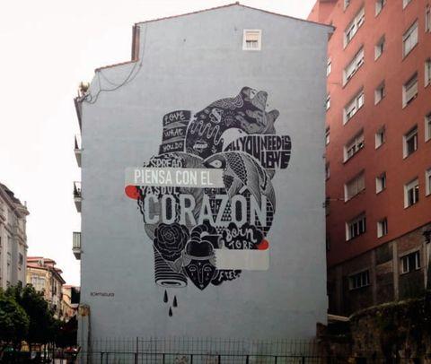 """<p>Otro ejemplo en nuestro país se encuentra en Santander. El color negro es el elegido para realizar una serie de murales que quieren enfrentar el sentimiento pesimista al que nos arrastra este momento de crisis.</p><p>La clave está en el mensaje que se esconde tras esa mancha en tono negro: """"<strong>Piensa con el corazón</strong>"""", """"<strong>Vida</strong>"""", """"<strong>Hacia lo salvaje</strong>"""" o """"<strong>Aceptando el mundo comienzas a cambiarlo</strong>"""" son algunas de las lanzaderas del colectivo dentro de este proyecto en nuestro país.</p><p></p>"""