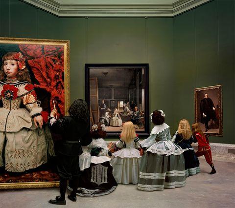 """<p>Sus puertas siguen acogiendo a artistas de gran talento, como la de <strong>Yasumasa Morimura</strong>. """"Le represento desde hace 15 años y esta es la quinta vez que expongo su obra. Él es un """"apropiacionista"""": se apropia de las imágenes de otro (en este caso, de <strong>Las Meninas</strong> de <strong>Velázquez</strong>) y las rehacen a su manera. Ha sido un proyecto maravilloso. Desde la moche que nos abrieron las puertas del prado para ir a fotografiar el espacio donde está la obra original, hasta la manera en la que luego le ves a él, caracterizando a los personajes, en cada una de sus fotografías"""" (entre tanto, me va enseñando las obras, donde vemos el rostro del artista japonés caracterizado y totalmente totalmente intregrado en el cuadro).</p><p><strong>Más info:</strong> <a href=""""http://juanadeaizpuru.es/exposicion/las-meninas-renacen-de-noche/"""" target=""""_blank"""">galería Juana de Aizpuru</a>.</p>"""