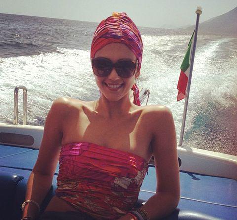 <p> <strong>Jessica Alba</strong> nos invita directamente a soñar con nuestras vacaciones en esta imagen en la que posa con mucho estilo mientras disfruta de un paseo en lancha. <br /><strong>@jessicaalba</strong></p>