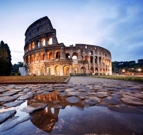 <p>Este anfiteatro romano contaba con un aforo de unos cincuenta mil espectadores y albergaba las luchas de gladiadores y otros espectáculos, algunos tan increíbles como las batallas navales, para las que se cubría la arena de agua. Se calcula que dentro murieron más de quinientas mil personas, aunque hoy en día es todo un símbolo contra la pena de muerte: cada vez que en algún lugar del mundo se conmuta una pena capital, el Coliseo permanece encendido durante 48 horas.</p>