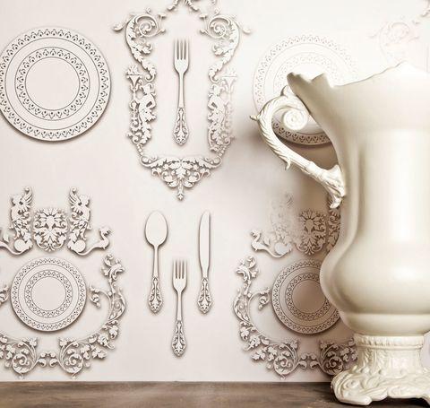 <p>Siluetas de finos platos de porcelana y cubiertos de estilo victoriano iluminan el papel pintado <i>Cerámica,</i> de Vicenzo Dascani para Giardini Wallcoverings. ¡Precioso! </p>