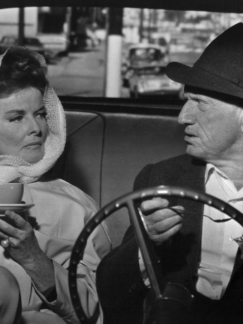 <p>Esta pareja es un poco controvertida, porque Tracy nunca dejó a su mujer por Hepburn. No obstante, su chispeante química en pantalla en una lista increíble de filmes clásicos les convirtió en una de las parejas más famosas de todos los tiempos. Tracy murió en 1967 y su última película juntos fue también estrenada aquel año, la mítica 'Adivina quién viene esta noche'.</p><p>&nbsp;</p>