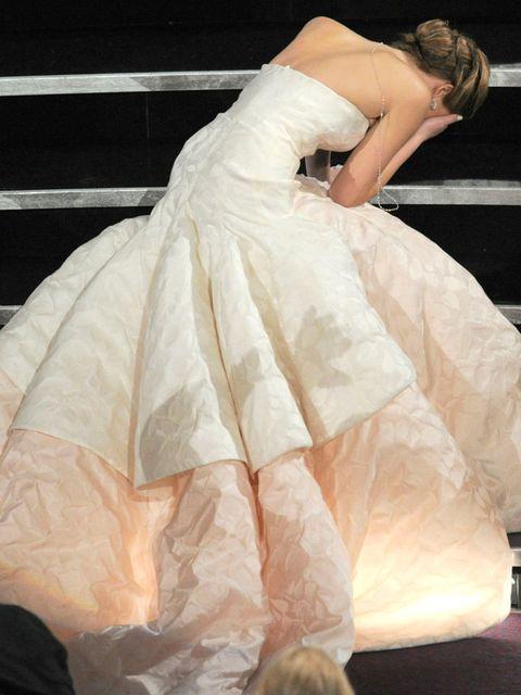 <p>Han sido muchas veces las que la actriz ha terminado besando la alfombra roja, pero su tropezón más sonoro fue al recoger su Oscar. ¿Alguien lo ha olvidado?</p>