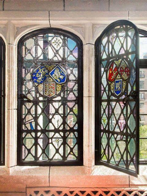 """<p>El apartamento está decorado en un elaborado estilo Tudor con detalles propios del gótico, asi como los marcos de las ventanas, arcos de piedra caliza, paneles de ladrillo y terracota, además de una atmósfera &quot;Downton Abbey&quot;, según <a href=""""http://www.6sqft.com/gramercy-tudor-castle-co-op-now-twice-the-size-is-back-on-the-market-at-6-25m/"""" title=""""Vidrieras"""" target=""""_blank"""">6sqft. </a></p><p>&nbsp;</p>"""