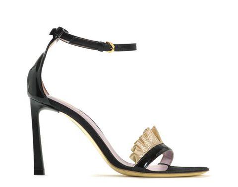 <p><strong>Viktor & Rolf</strong> visten los pies de su colección con esta fresca y sencilla propuesta con un volante dorado.</p>